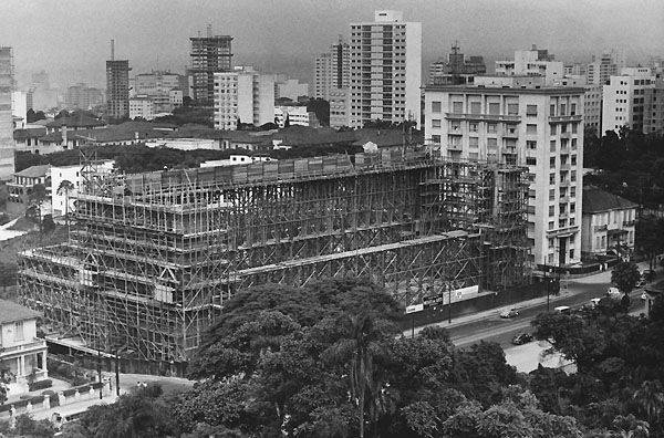 Vista do MASP, em construção, no ano de 1964.