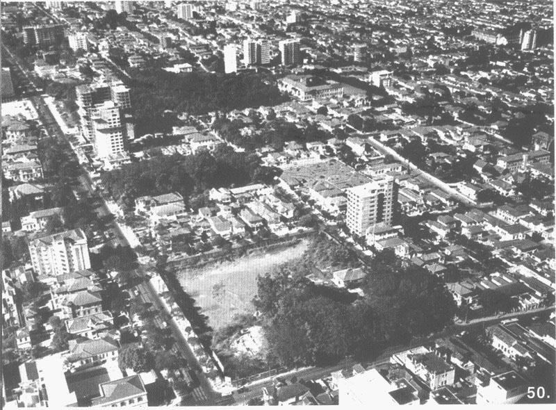 Vista aérea nos anos 50. Terreno aberto para a construção do Conjunto Nacional.