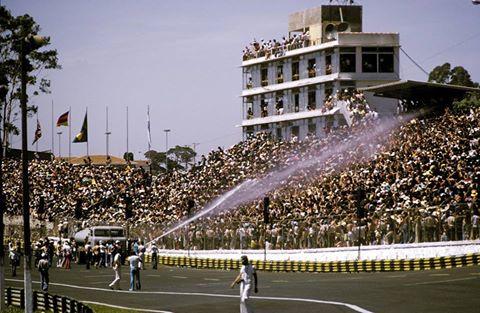 Caminhão Pipa refrescando os espectadores no autódromo de Interlagos em 1975.