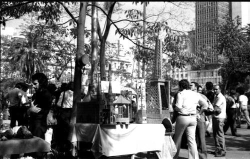 Feirinha de artesanato na praça da República, no final da década de 60.