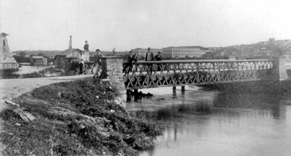 Ponte metálica sobre o Tamanduateí em 1900. Esse local ficava no aterro do Brás.