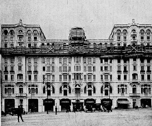 Construção do Palacete Santa Helena, na Praça da Sé, em 1921.