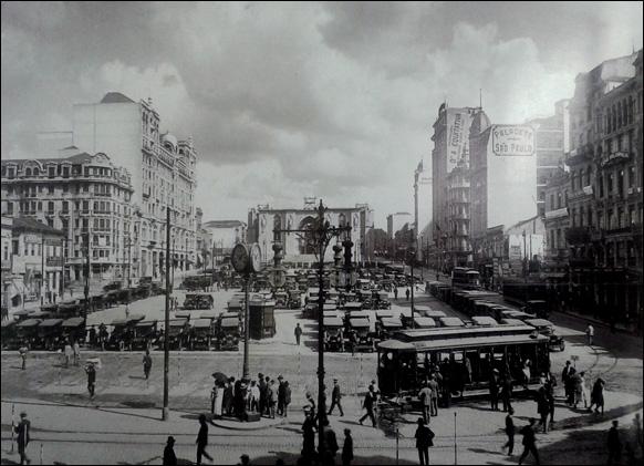 Praça da Sé em 1927 com a nova Catedral em construção (no centro) e a esquerda o Palacete Santa Helena.