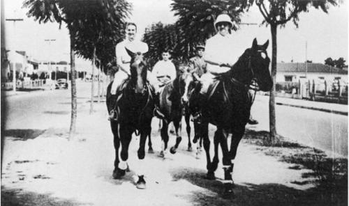 Cavalgada do Conde Francesco Matarazzo e familiares no canteiro central da Avenida Rebouças em 1941.