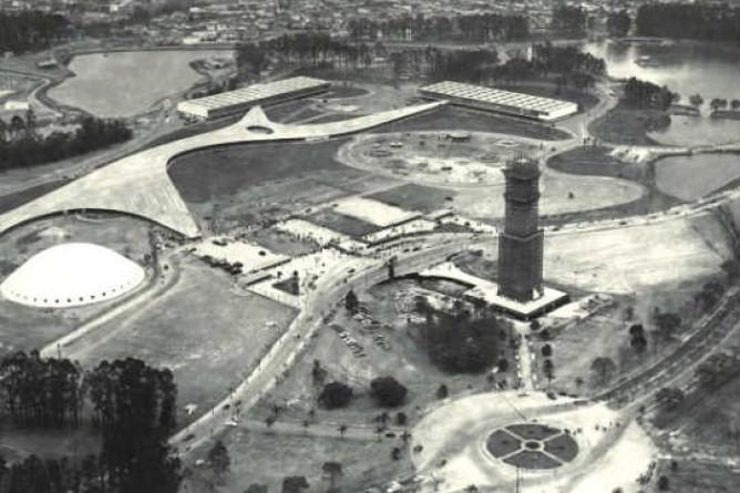 O Obelisco do Parque Ibirapuera, o mais alto monumento de São Paulo, em construção no ano de 1954. Foto: São Paulo In Foco / Reprodução.