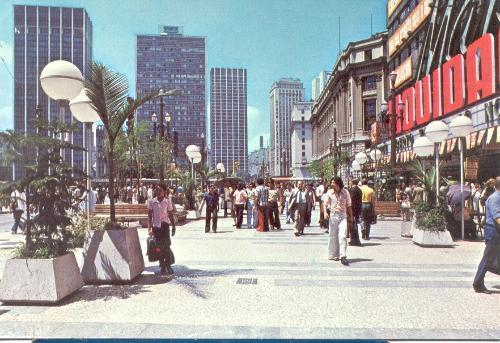 Praça Ramos de Azevedo, em frente ao Mappin, nos anos 70.