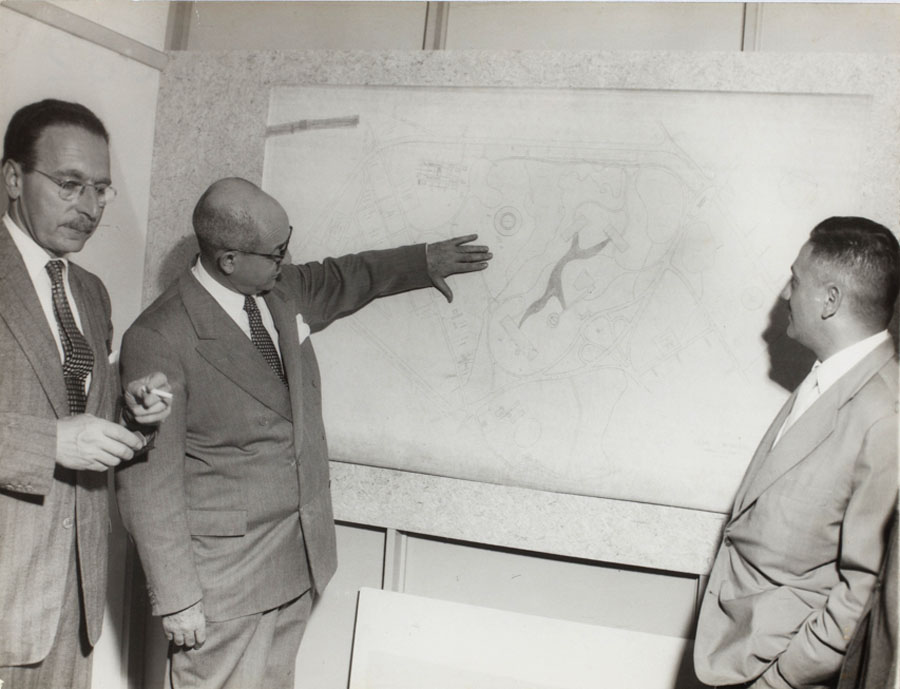Francisco Matarazzo Sobrinho apresenta maquete do Parque do Ibirapuera aos membros da Comissão do IV Centenário da Cidade de São Paulo e esclarece modificações do projeto original. 1953. Foto: Alvaro Matias