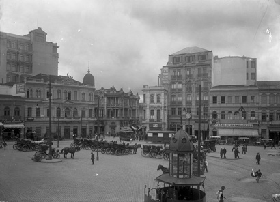 """No canto esquerdo da foto, vemos a silhueta do Edifício Guinle rompendo com a """"média"""" dos edifícios paulistanos em 1916."""