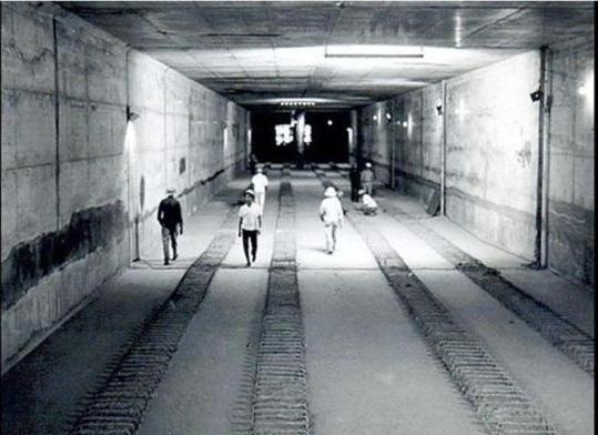 Túnel entre as estação Saúde e Praça da Árvore, na zona Sul de São Paulo, primeiro túnel concretado do Metrô.