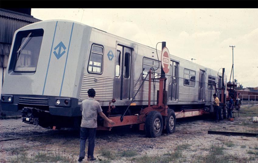 Trem Budd, feito pela empresa Mafersa, chegando ao pátio  do Jabaquara nos anos 70.