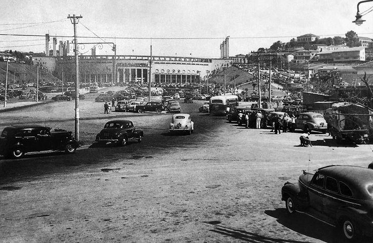 Praça Charles Müller e ao fundo o Estádio do Pacaembu em 1950.