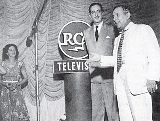 Chateaubriand em frente a um dos totens da RCA, empresa que vendeu os primeiros equipamentos para a TV Brasileira.
