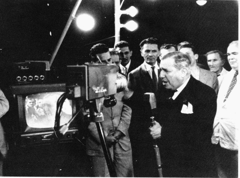 Chateaubriand falando em frente a uma de suas câmeras