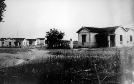As únicas casas da vila em 1943. A imagem foi feita da plataforma da estação, que ainda não possuia prédio.