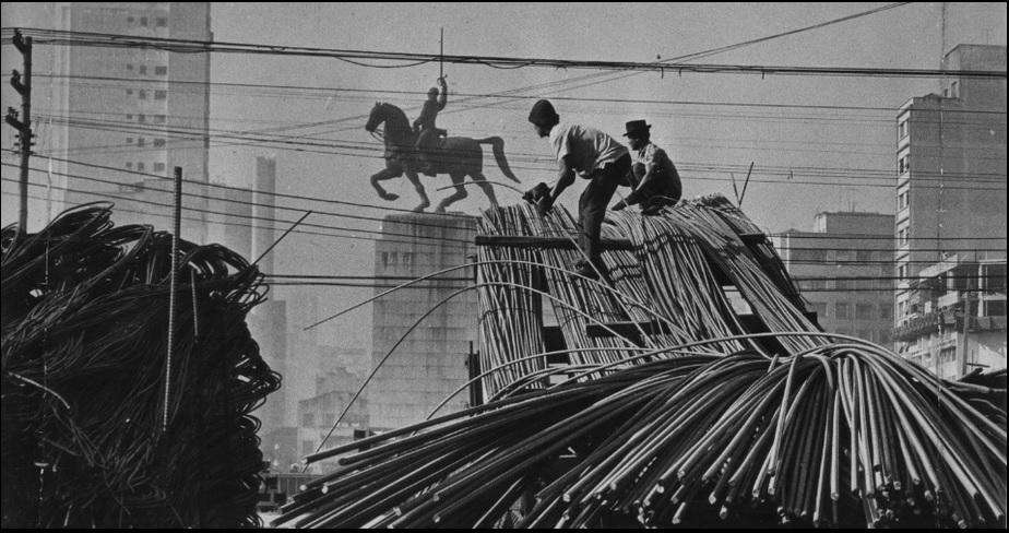 Foto de 1970 com destaque para as ferragens usadas na construção do elevado