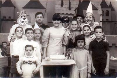 *Zás Trás foi um programa infantil de auditório da década de 60 que era exibido no fim da tarde na TV Paulista, atual TV Globo. Dirigido por Renan Alves e apresentado por Márcia Cardeal, a Tia Márcia (ao centro da foto)
