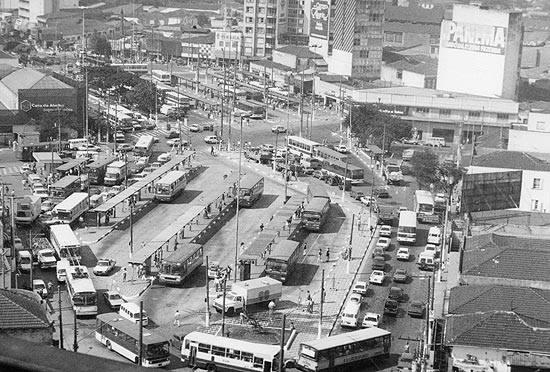 Terminal de ônibus no largo da Batata, em Pinheiros, no ano de 1991.