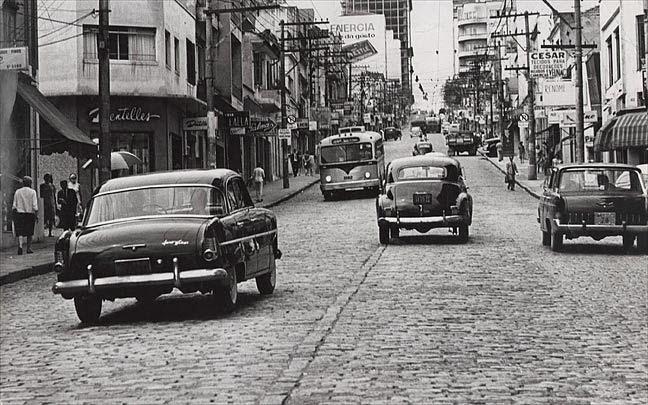 Rua Augusta com paralelepípedos, e linha de ônibus elétrico, década de 60