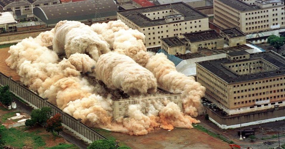 Implosão do Carandiru em 2002.