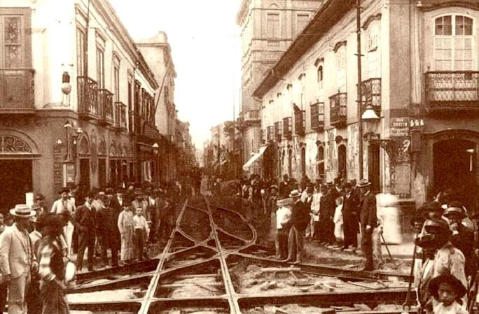 Registro do assentamento de trilhos de bonde na Rua Direita em 1900.