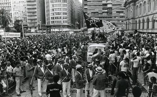 Bandas se reúnem na Praça da República, no carnaval de 1984.