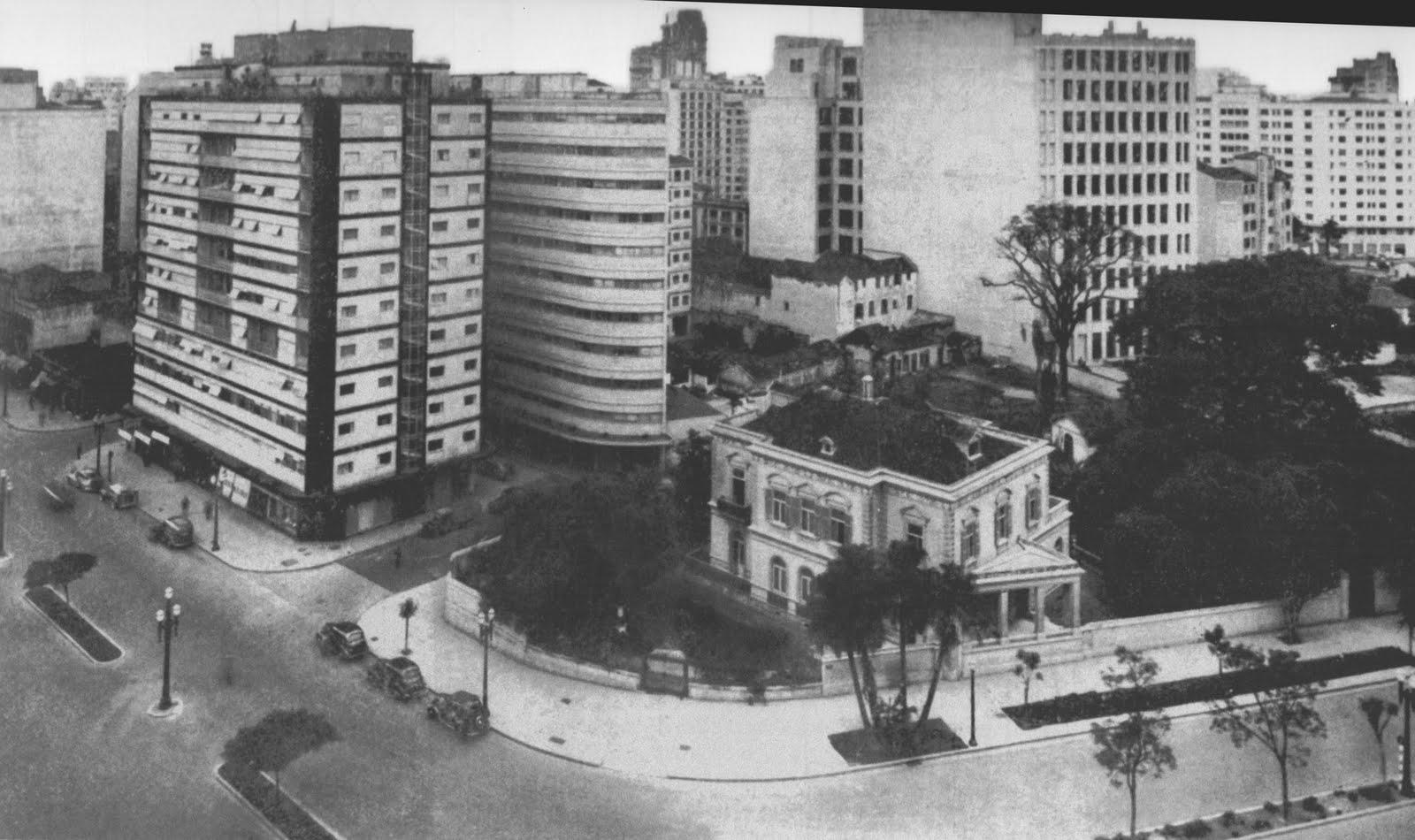 Avenida São Luis nos anos 1940 com o Edifício Esther ao fundo