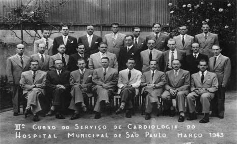 Alunos do 3.º Curso do Serviço de Cardiologia do Hospital Municipal de São Paulo, março de 1943, vendo-se o Dr. Dante Pazzanese na primeira fila, de paletó claro.