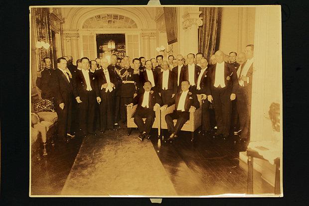 O então presidente de São Paulo, Júlio Prestes (sentado, à dir.), em reunião em um dos salões, nos anos 30. Foto Acervo Ricardo Della Rosa.