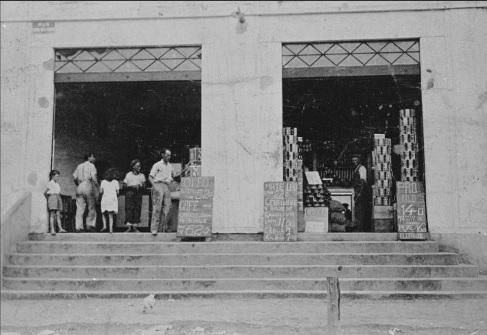 Armazém da Família Bombarda na Rua Coronel Melo de Oliveira, na Pompeia, na década de 1930. A imagem pertence à coleção de José Luiz Figueiredo.