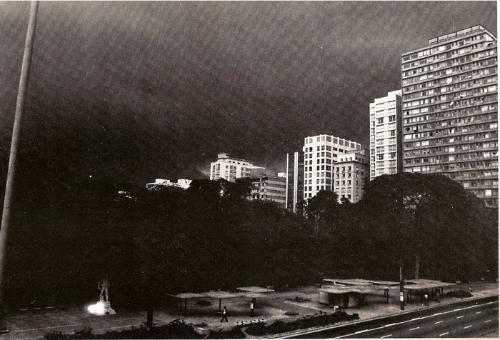 Avenida Paulista à noite, em 1976, na região do Parque Siqueira Campos.