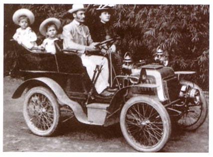Bonadei e sua família andando no carro feito por ele.