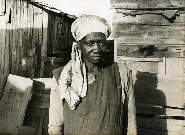 Carolina Maria de Jesus em meio aos barracos da favela do Canindé, perto do estádio do Canindé, em 1958.