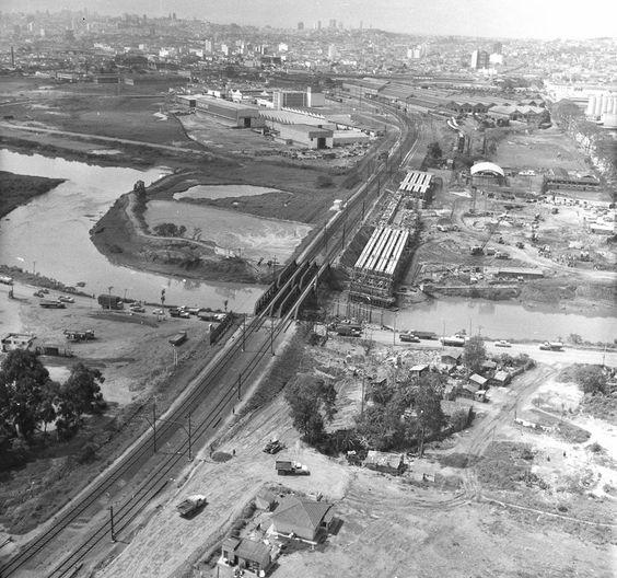 Retificação do Rio Tietê para posterior construção da Marginal em 1969.