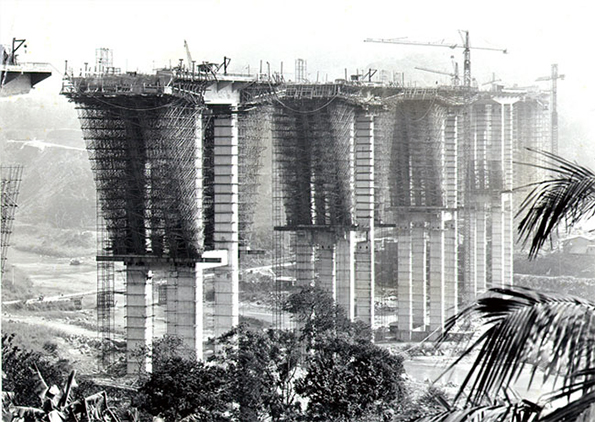 Construção da Rodovia dos Imigrantes nos anos 60. O crédito da imagem fica para o livro História de Santos/Poliantéia Santista