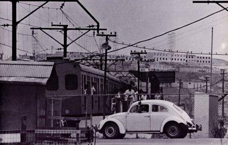Passagem de nível ao lado da estação em 1978