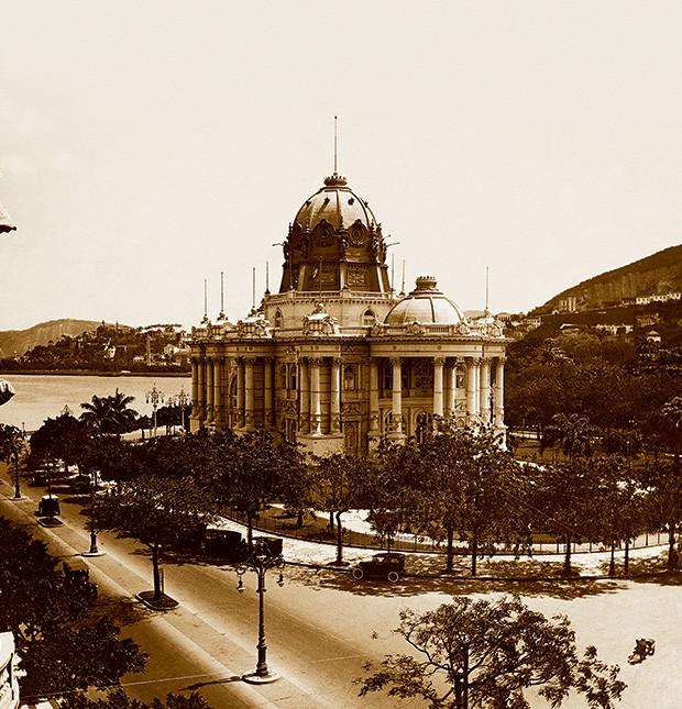 Registro do Palácio Monroe, no Rio de Janeiro, que foi demolido em 1976. O edifício representava a arquitetura desprezada por Lúcio Costa
