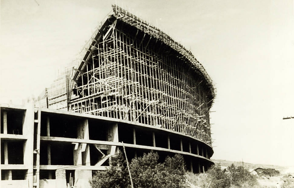 Construção da arquibancada lateral. Imagem sem data