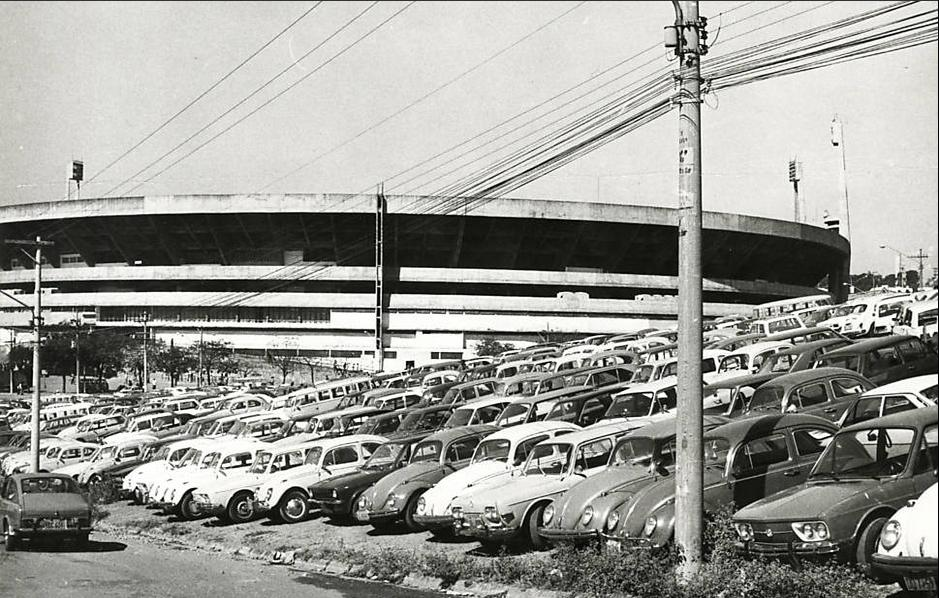 Estacionamento improvisado, na frente do Morumbi, em 1976