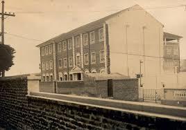 O prédio de Pinheiros, nos anos 40 na época, um convento ocupava o espaço