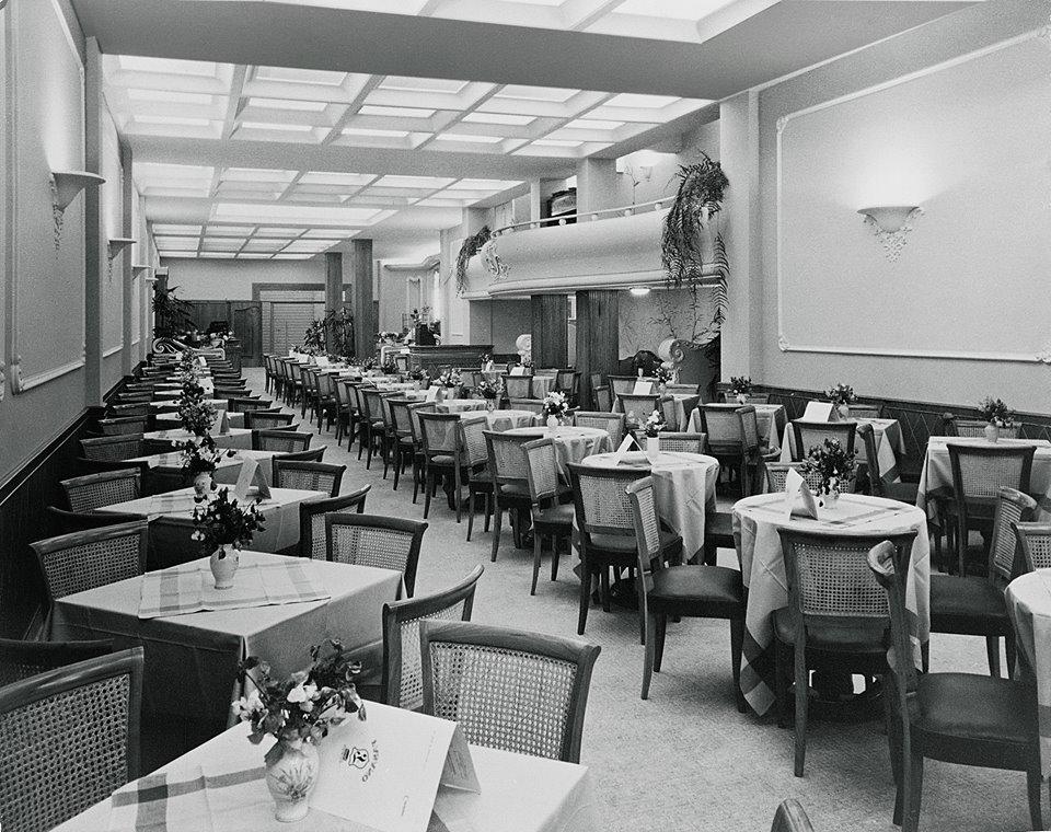 Entre o final da década de 1940 e meados da década de 1950, os elegantes salões de chá no estilo inglês se popularizaram em São Paulo no endereço da R. Barão de Itapetininga e contavam, muitas vezes, com apresentações de música clássica. Na foto, o salão de chá da Confeitaria Fasano, em 1957.