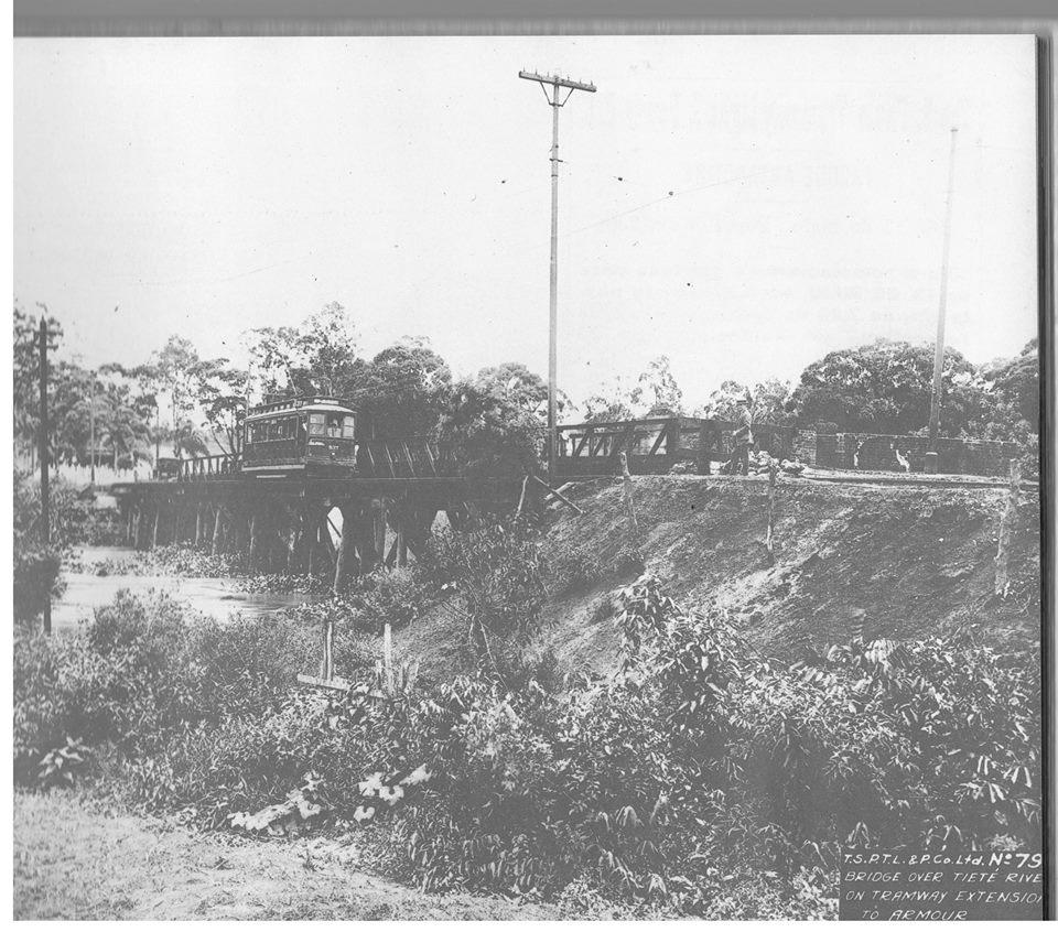 Bonde sobre a ponte do Anastácio no rio Tietê em 1921